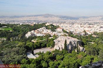 De Arios Pagos rots und daarachter de heuvel der Nymphen und Pnyx - Foto von GriechenlandWeb.de