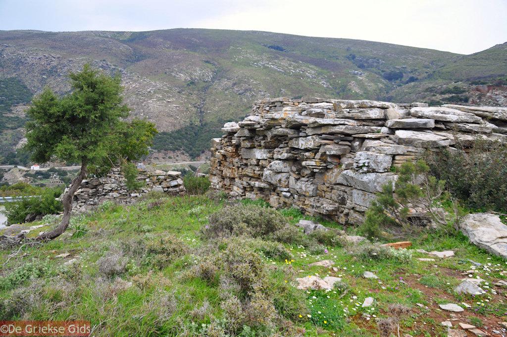 foto Drakospita (Drakenhuizen) Zuid Evia. Nabij Marmari Evia en Karystos.