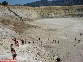 Wandeling in de krater van Nisyros - Foto van https://www.grieksegids.nl/fotos/grieksegidsinfo-fotos/albums/userpics/10001/normal_afdaling-naar-de-krater-van-nisyros.jpg