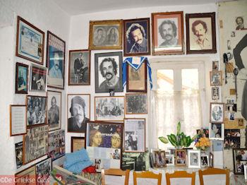Thuis bij Nikos Xilouris in Anogia - Foto van https://www.grieksegids.nl/fotos/grieksegidsinfo-fotos/albums/userpics/10001/normal_huis-nikos-xilouris-anogia.jpg