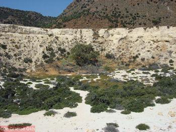 Een kleinere krater op Nisyros - Foto van https://www.grieksegids.nl/fotos/grieksegidsinfo-fotos/albums/userpics/10001/normal_krater-op-nisyros.jpg