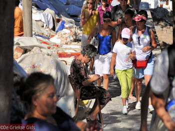 Griekse tafelkleedjes en tapijten te koop - Lindos (Rhodos) - Foto van https://www.grieksegids.nl/fotos/grieksegidsinfo-fotos/albums/userpics/10001/normal_lindos-rhodos-05.jpg