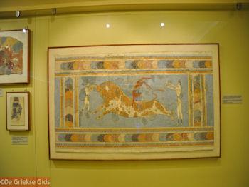 De Minoische fresco van de Stierendans - Foto van https://www.grieksegids.nl/fotos/grieksegidsinfo-fotos/albums/userpics/10001/normal_minoische-stierendans.jpg
