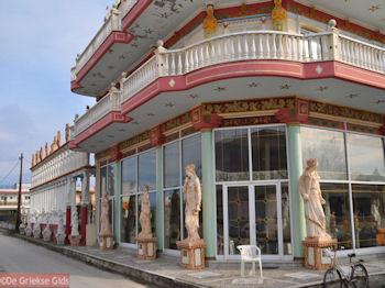 Meubelzaak of museum? - Foto van https://www.grieksegids.nl/fotos/grieksegidsinfo-fotos/albums/userpics/10001/normal_mythologische-meubelzaak-amarynthos.jpg