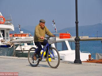 Sportieve oudere man aan de haven van Orei | Evia Griekenland | De Griekse Gids - Foto van https://www.grieksegids.nl/fotos/grieksegidsinfo-fotos/albums/userpics/10001/normal_oudere-man-op-sportfiets-orei-evia.jpg