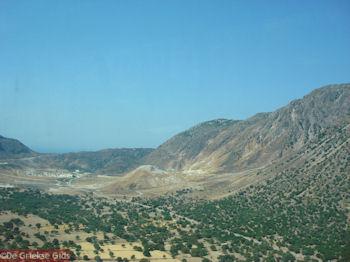 Het plateau met in de verte de vulkaan van Nisyros - Foto van https://www.grieksegids.nl/fotos/grieksegidsinfo-fotos/albums/userpics/10001/normal_plateau-nisyros-met-vulkaan.jpg