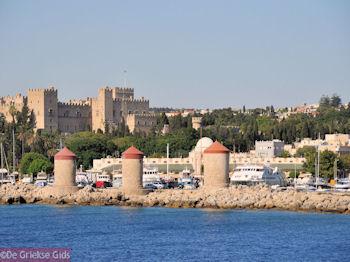 De drie molens en het paleis der Grootmeesters (Rhodos stad) - Foto van https://www.grieksegids.nl/fotos/grieksegidsinfo-fotos/albums/userpics/10001/normal_rhodos-stad-06.jpg