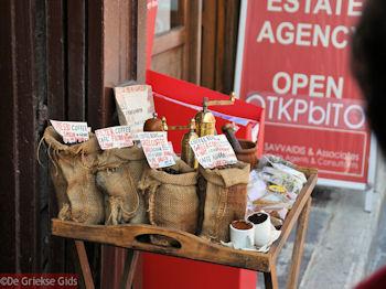 Griekse koffiewinkel - Rhodos stad - Foto van https://www.grieksegids.nl/fotos/grieksegidsinfo-fotos/albums/userpics/10001/normal_rhodos-stad-32.jpg