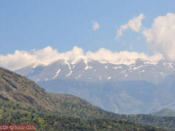 De besneeuwde toppen van Psiloritis - Foto van https://www.grieksegids.nl/fotos/grieksegidsinfo-fotos/albums/userpics/10001/normal_sneeuw-op-ida.jpg