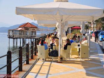 Terrasjes in Aedipsos | Evia Griekenland | de Griekse Gids - Foto van https://www.grieksegids.nl/fotos/grieksegidsinfo-fotos/albums/userpics/10001/normal_terrasjes-aedipsos.jpg