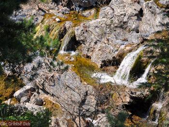Kataraktes Drymona bij Rovies en Osios David klooster - Foto van https://www.grieksegids.nl/fotos/grieksegidsinfo-fotos/albums/userpics/10001/normal_waterval-drimonas-noord-evia-2.jpg