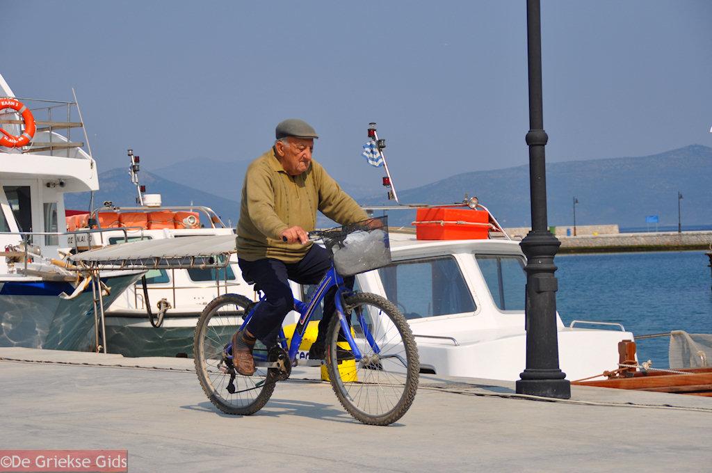 foto Sportieve oudere man aan de haven van Orei   Evia Griekenland