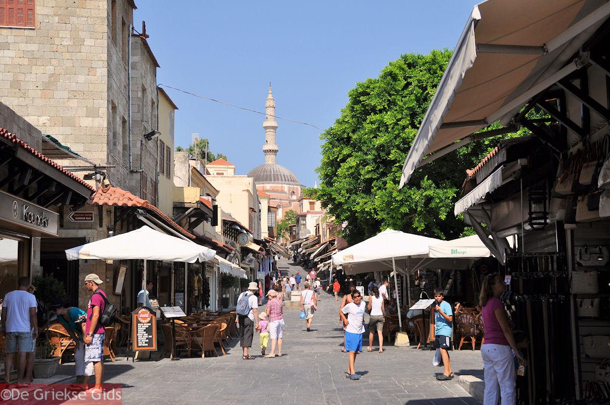 foto Suleiman moskee en lange bazaar van Rhodos stad