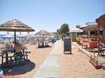 Terrasjes Faliraki-strand Rhodos - Foto van De Griekse Gids