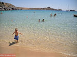 Lekker spelen in heerlijk helder water - Lindos (Rhodos) - Foto van De Griekse Gids