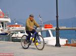 Sportieve oudere man aan de haven van Orei | Evia Griekenland | De Griekse Gids - Foto van De Griekse Gids