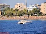 Zeilboot vlak aan het strand van Rhodos stad - Foto van De Griekse Gids