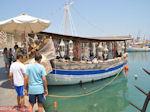 Souvenierwinkel op boot in Mandraki-haven - Rhodos stad - Foto van De Griekse Gids