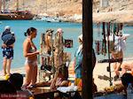 Oudere dame verkoopt haar goederen - Foto van De Griekse Gids