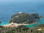 Uitzicht Paleokastritsa - Op de top van de berg het klooster - Foto van De Griekse Gids