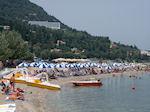 Het strand van Benitses op Corfu