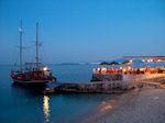 Bootje 's avonds bij Nisaki (Nissaki) Restaurant - Foto van De Griekse Gids