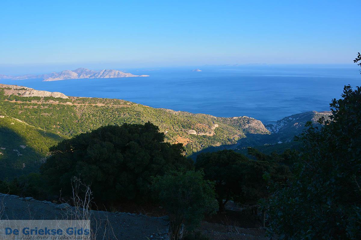 foto Vanaf de bergen bij Agios Kirykos Ikaria | In de verte Fourni foto 5