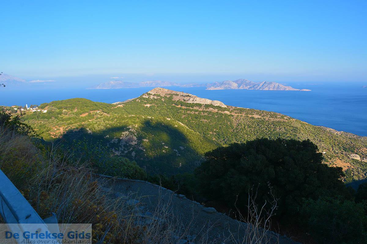 foto Vanaf de bergen bij Agios Kirykos Ikaria | In de verte Fourni foto 6