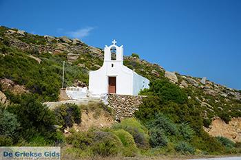 Kerk op route Manganari Ios - Eiland Ios - Cycladen foto 333 - Foto van https://www.grieksegids.nl/fotos/ios/normaal/eiland-ios-333.jpg