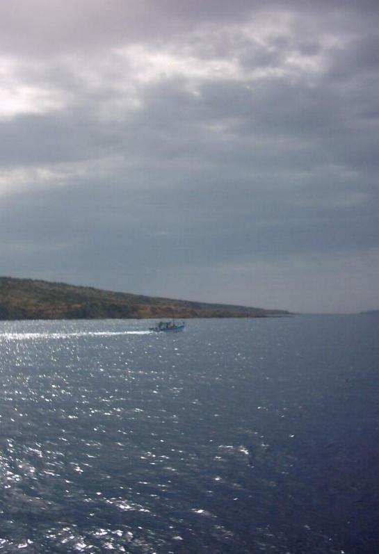 foto Bootje in de ondergaande zon op het eiland Gavdos