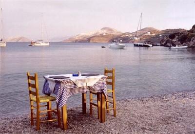 Leros - eten op het strand - Foto van Rob IJsselstein