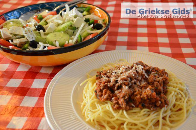 Makaronia me kima is lekker met een Choriatiki (Griekse salade)