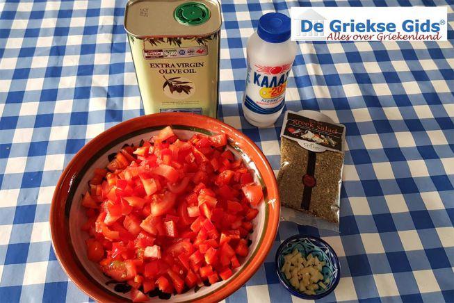 Tomaat, paprika en knoflook fijnsnijden