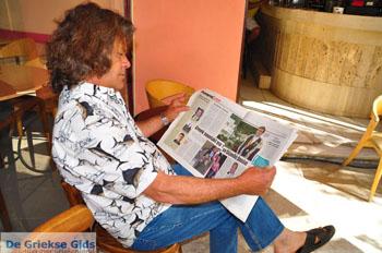 Christos Meremetis leest krant over Koning Willem-Alexander in Kranidi | Argolis Peloponessos - Foto van De Griekse Gids