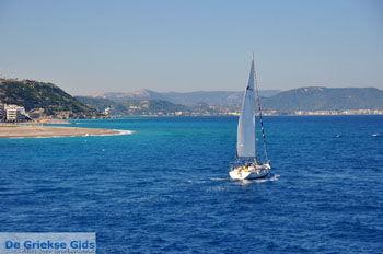 Zeilboot | In de  verte Ixia, Ialyssos (Tranda) | Foto 1 - Foto van De Griekse