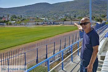 Frans Groenendaal bij het stadion van Aias Salamis foto 2 - Foto van https://www.grieksegids.nl/fotos/salamina/normaal/salamis-saronische-eilanden-045.jpg