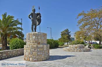 Standbeeld Ajax in de hoofdstad van Salamis - Foto van https://www.grieksegids.nl/fotos/salamina/normaal/salamis-saronische-eilanden-049.jpg