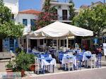 Blauwe en witte stoelen Skiathos-stad - Foto van De Griekse Gids