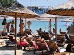 Ligstoelen en parasols strand Koukounaries - Skiathos