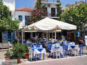 Blauwe en witte stoelen Skiathos-stad - Foto van https://www.grieksegids.nl/fotos/skiathos/350pixels/eiland-skiathos-070.jpg