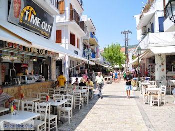 Winkelstraat Papadiamantis in Skiathos-stad foto 1 - Foto van https://www.grieksegids.nl/fotos/skiathos/350pixels/eiland-skiathos-086.jpg