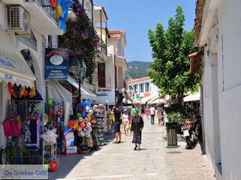 Winkelstraat Papadiamantis in Skiathos-stad foto 4 - Foto van https://www.grieksegids.nl/fotos/skiathos/350pixels/eiland-skiathos-089.jpg