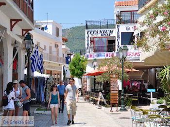 Winkelstraat Papadiamantis in Skiathos-stad foto 8 - Foto van https://www.grieksegids.nl/fotos/skiathos/350pixels/eiland-skiathos-093.jpg