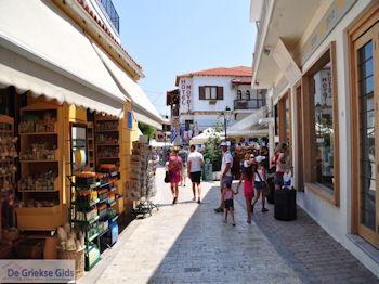Winkelstraat Papadiamantis in Skiathos-stad foto 11 - Foto van https://www.grieksegids.nl/fotos/skiathos/350pixels/eiland-skiathos-096.jpg