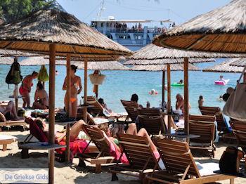 Ligstoelen en parasols strand Koukounaries - Skiathos - Foto van https://www.grieksegids.nl/fotos/skiathos/350pixels/eiland-skiathos-133.jpg