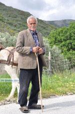 Man met Skyriaanse sandalen | Skyros Griekenland | Foto 4 - Foto van De Griekse Gids