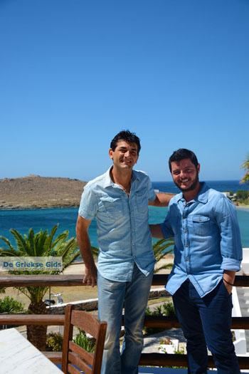 Op de foto met Ioulianos van Hotel Porto Raphael | Tinos Griekenland foto 17 - Foto van De Griekse Gids
