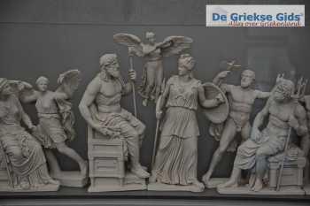 Griekse mythologie - Zeus, Athena, Poseidon -Akropolis museum Athene - Foto van https://www.grieksegids.nl/fotos/uploads-thumb/10-01-21/1610311055._mythologie-griekse.jpg