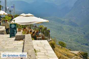 Delphi Fokida | Centraal Griekenland | Stadje Delphi terrasje - Foto van https://www.grieksegids.nl/fotos/uploads-thumb/16-05-20/1589615028._delphi-stadje-terras.jpg