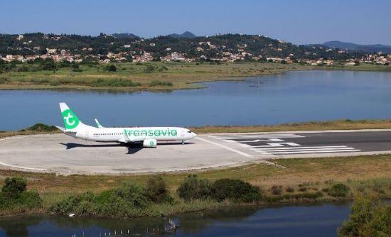 Vliegtuig van transavia op Corfu vliegveld